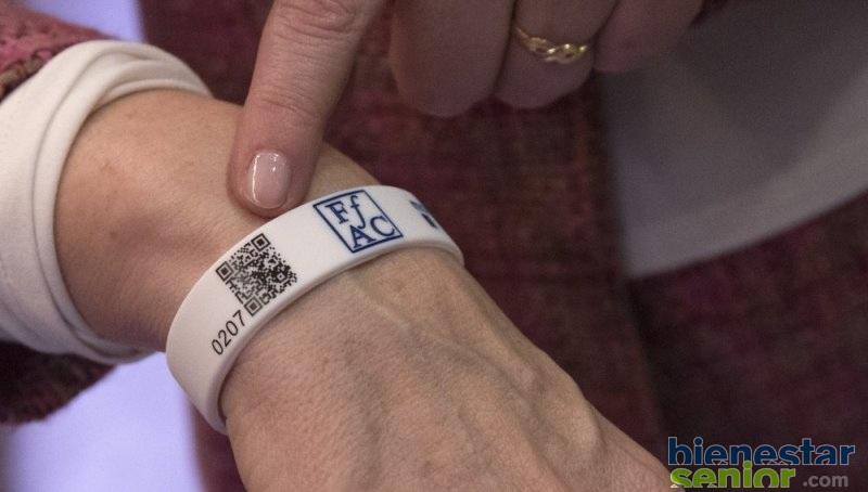 Una Pulsera Con Código QR Para Encontrar Pacientes Perdidos De Alzheimer